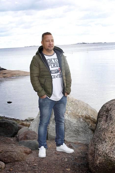 Jari Puoliväli kuvattiin meren ääressä Espoossa.