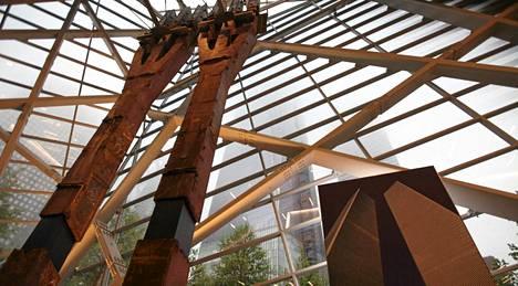 Kaksi alkuperäisten WTC-tornien palkkia seisoo museon maanpäällisessä kerroksessa, josta näkee vieressä kohoavan uuden WTV-tornin.