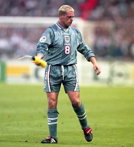 Paul Gascoigne vaaleilla hiuksilla vuoden 1996 EM-kisoissa.