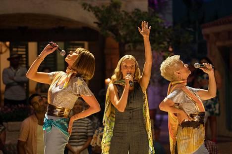 Amanda Seyfried (keskellä kuvassa) nähdään yhtenä elokuvan päätähdistä. Hän näyttelee Donnan tytärtä Sophieta.