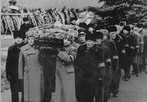 Konstantin Tshernenko (edessä oik.) johti Juri Andropovin hautaussaattuetta vuonna 1984. Hänet itsessä kalma kouraisi seuraavana vuonna.