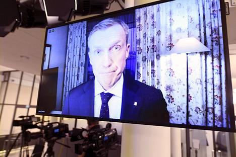 Ulkoministeriön erityisedustaja Jussi Tanner osallistui tiedotustilaisuuteen etäyhteydellä, sillä hän oli aikaisin aamulla palannut Suomeen kotiutettujen naisten ja lasten kanssa samalla lennolla.