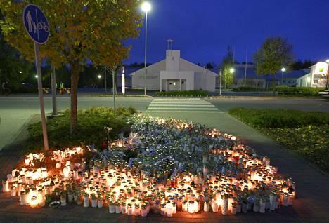 Kauhajoen koulusurmissa kuolleiden muistokynttilät paloivat koulun edustalla syyskuussa 2008.