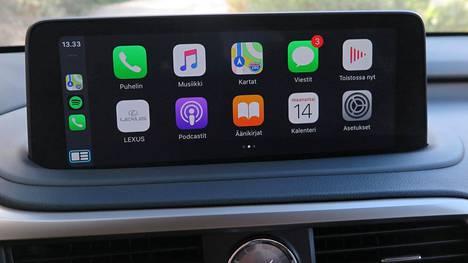 Ohjaamossa ainoa ero entiseen on lähemmäksi kuljettajaa siirtynyt aiempaa suurempi näyttö, joka toimii nyt myös kosketuksella. Siihen voi yhdistää oman älypuhelimen.