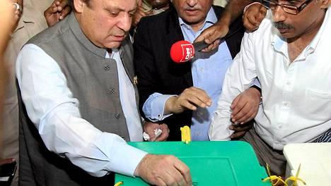 Entinen pääministeri Nawaz Sharif äänestämässä.