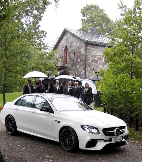 Vihkimisen jälkeen parin häitä juhlittiin Vantaalla sijaitsevassa huvilassa. Kuvassa taustalla näkyy Puotilan kappeli.