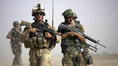 Yhdysvaltain merijalkaväen ja Afganistanin armeijan sotilaita yhteispartiossa.