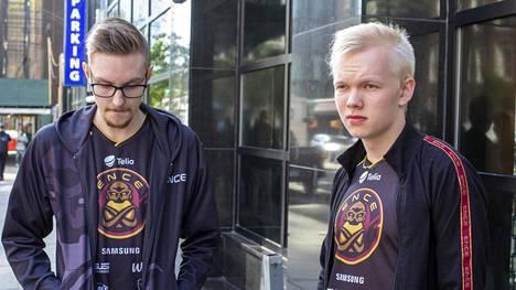 """Sami """"xseveN"""" Laasasen (vasemmalla) ja Jere """"sergej"""" Salon edustama ENCE saa hetken hengähtää ennen seuraavaa turnausmatkaa."""
