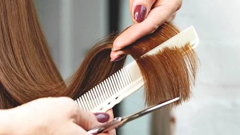 Jos tarkoituksena on leikata tukkaan uusi malli tai vaihtaa hiusten väriä enemmän kuin muutaman asteen verran, kannattaa aina varautua siihen, että kotona tehtynä lopputulos ei ole suunnitellun mukainen.