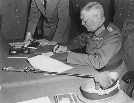 Berlin-Karlshorst 8. toukokuuta 1945: sotamarsalkka Wilhelm Keitel allekirjoittaa antautumisasiakirjan.