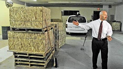 Agentti Doug Coleman selvitti medialle, että puulaatikoita käytettiin apuna maansiirrossa, kun kaivaustöistä kertynyt multa piti kärrätä ulos rakennuksesta.