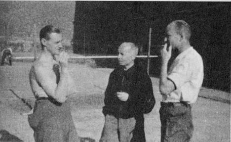 """""""Sörnäisten yleisesikunnan"""" jäseniä, keskellä A.F. Airo. Asekätkennästä epäillyt tallensivat vankilaelämäänsä salaa tiedustelueverstiluutnantti Uljas Käkösen vakoilukameralla."""