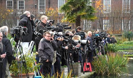 Kensingtonin palatsille on kerääntynyt runsaasti mediaa ja uteliaita kuninkaallisfaneja.