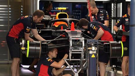 """Red Bullin tallitiimiä Melbournessa kauden suunnitellun avauskisan yhteydessä maaliskuussa. Chase Careyn mukaan laji ei sovellu """"kahden metrin yhteiskuntaan""""."""