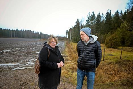 Sanna Andersson ja Esko Mikander ovat aktiivisia voimalinjan vastustajia. –Aiemmin kun luin pakkolunastuksesta juttuja, ajattelin, että siellä on joku kitisijä, jonka kanssa on paljon yritetty sovitella, sanoo Mikander.