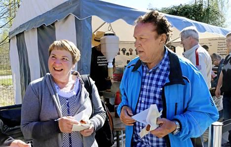 Raisiolaiset Mirja ja Martti Väihkönen ylistävät Markun huumoria ja kekseliäisyyttä.