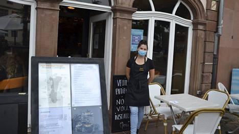 Tarjoilija Roselyne Buckel kuvattuna Strasbourgissa, Ranskassa 16. syyskuuta 2021. Ranskassa koronapassi on avannut pääsyn ravintoloihin ja baareihin yli kuukauden.