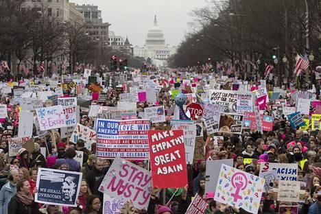 Marssiväkeä Pennsylvania Avenue -kadulla.
