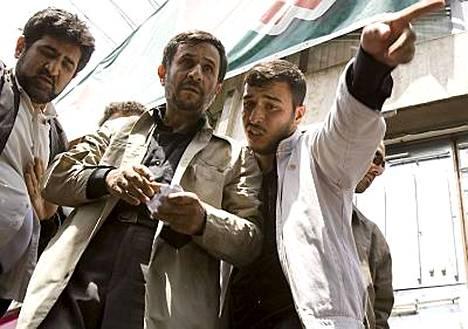 Presidentti Mahmoud Ahmadinejadin kampanjatoimistoon hyökättiin perjantaina.