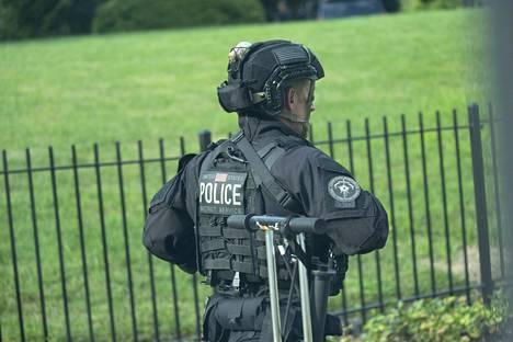 Viranomaiset partioivat Valkoisen talon ulkopuolella.