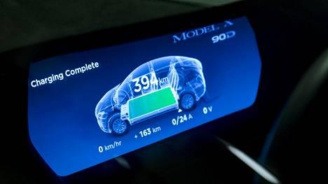 Kuvassa näkyy Teslan akun latauksen tila.
