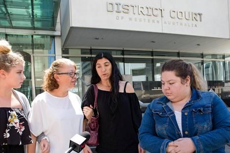 Murhatun Aaron Pajichin äiti Sharon Pajich lähti keskiviikkona tuomion lukemisen jälkeen oikeustalosta Perthissä.