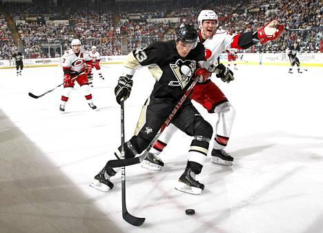 Joni Pitkänen pelasi NHL:ssä vuosina 2003–2013. Kuva on Pittsburghista maaliskuulta 2010.