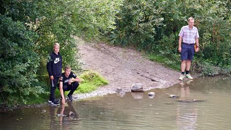 Markku Lansola repun löytäneen poikansa Ville Lansolan ja hänen ystävänsä Sampo Pastilan kanssa löytöpaikalla.