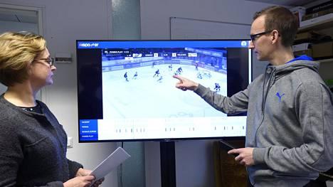 Anri Kivimäen (vas.) mukaan sovelluksen tarkoituksena ei ole korvata valmentajia, vaan toimia heidän apunaan. Kuvassa oikealla sovelluksen kehittäjä, tutkijatohtori Sami Huttunen.