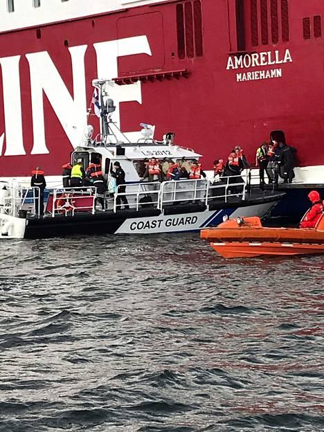 Viking Linen Amorellan matkustajia evakuoidaan Ahvenanmaalla Långnäsin lähellä 20. syyskuuta 2020.