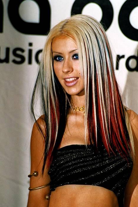 Christina Aguileran punaiset hiusraidat tekivät 2000-luvun alun trenditukasta vielä astetta rajumman.