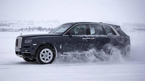 Rolls-Royce Cullinan, suomalaisen autoveron kanssa hinta on yli puoli miljoonaa euroa. Autolla on painoa lähes 3 000 kiloa. Cullinan saavuttaa sadan kilometrin nopeuden viidessä sekunnissa.