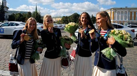 Taitouimari Alla Shishkina (oik.) esitteli Rio de Janeiron olympiakisoissa voittamaansa kultamitalia Kremlissä elokuussa 2016. Shishkina oli mukana Venäjän kultajoukkueessa myös Lontoossa 2012.