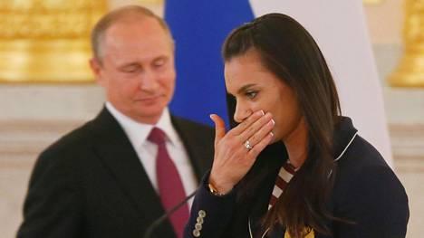 Jelena Isinbajeva murtui kyyneliin puhuessaan Venäjän olympiajoukkueen lähtötilaisuudessa. Taustalla presidentti Vladimir Putin.