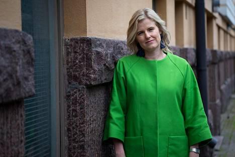 Tuottaja Annika Sucksdorff kummastelee käsikirjoituksen vuotamista.