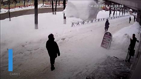 Video Venäjältä: Kävelijän kannattaa todella varoa katolta putoavaa lunta