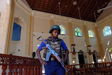 Poliisi vartioi Pyhän Sebastianin kirkkoa Negombossa.