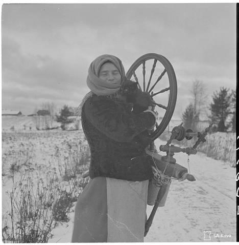 Mantsilaisemäntä Iita Vola, jonka tapasimme purevana pakkasaamuna rukki kainalossa ja kissa olkapäällään tulossa Peltoisten kylästä. Mantsinsaari 1942.11.16