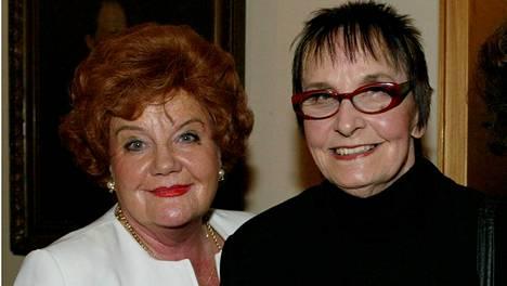 Maija Karhi (vas.) ja Marja Korhonen yhdessä Helge Heralan syntymäpäivillä 2002.