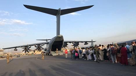 Ihmiset pakenivat sankoin joukoin Afganistanista elokuussa 2021.