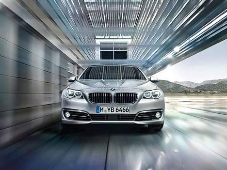 Tällaisia, mutta tummia. BMW 525d A xDriven hinta on valtion maksamalla nollan prosentin arvonlisäverolla noin 66000 euroa.