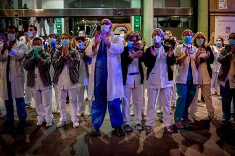 Koteihinsa suljetut espanjalaiset taputtavat iltaisin parvekkeillaan osoittaakseen kunnioitustaan terveydenhuollon työntekijöille. Tiistaina joukko barcelonalaisen sairaalan työntekijöitä käväisi kadulla antamassa aplodit heitä kannustaville kansalaisille.