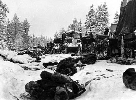 Neuvostoliiton tuhottua kalustoa Raatteen tiellä Suomussalmella.