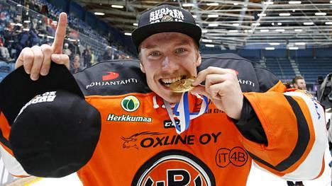 Emil Larmi juhli Suomen mestaruutta HPK:ssa toissa keväänä.