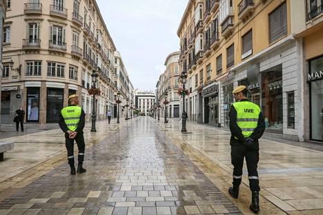Poliiseja valvomassa katuja Malagassa viime perjantaina.