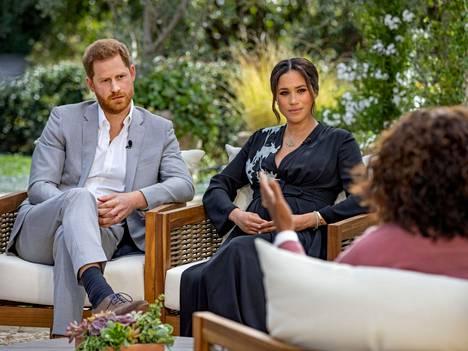 Harryn ja Meghanin välit hoviin ovat olleet viime vuosina koetuksella. Kuvassa Sussexin herttuapari Oprahin haastattelussa, joka aiheutti kiistaa hovin ja parin välille.