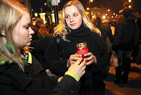 Sylvia Suchecka (oik.) ja Aleksandra Becheicka sytyttivät kynttilät presidentin muistolle.