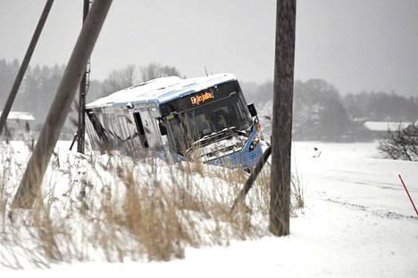 Bussi ajoi ojaan Vantaalla.