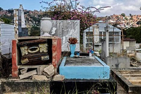 Monet kodittomat ihmiset ovat muuttaneet asumaan hautausmaalle Venezuelan pääkaupungissa Caracasissa.