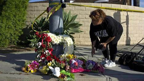 Järkyttyneet paikalliset ovat tuoneet kukkia synagogan edustalle Kalifornian Powayssa.